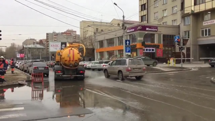 «Каменская вся как река»: из-за коммунальной аварии в центре Новосибирска затопило несколько перекрёстков