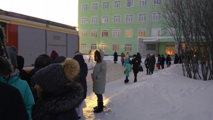 Итоги эвакуаций в Омске: 90 объектов, тысячи людей на улице и половина скорых в строю