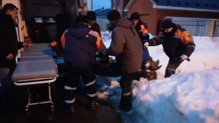 Под Уфой спасатели помогли мужчине, запертому без сознания в частном доме