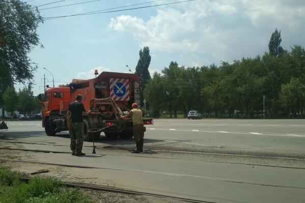На следующий день после жалобы волгоградца к ямам на Краснополянской съехались рабочие