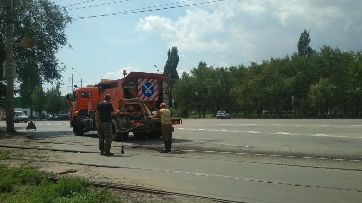 Закидали ямы кирпичами: на калечащем машины переезде в Волгограде затеяли ремонт
