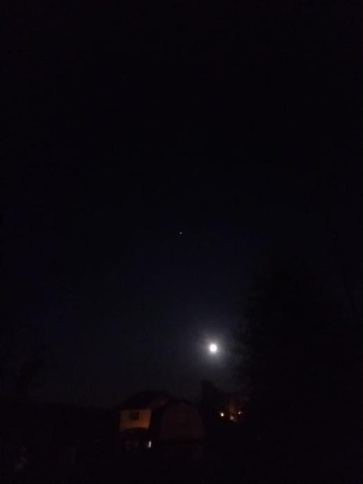 Эта маленькая точка над луной — пролетающая МКС