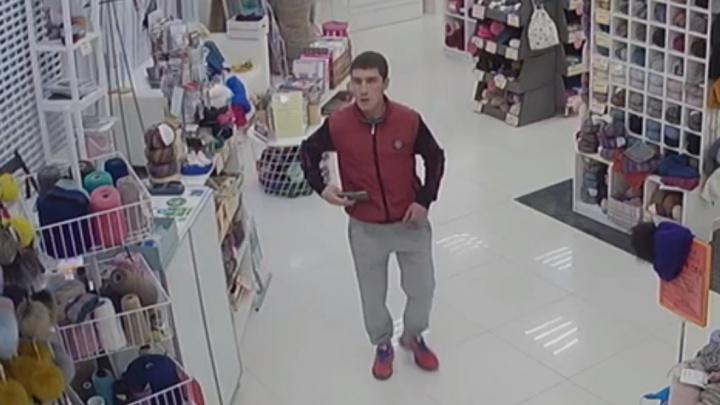 В магазине в центре Екатеринбурга мужчина стащил телефон сотрудницы и попал на запись камер