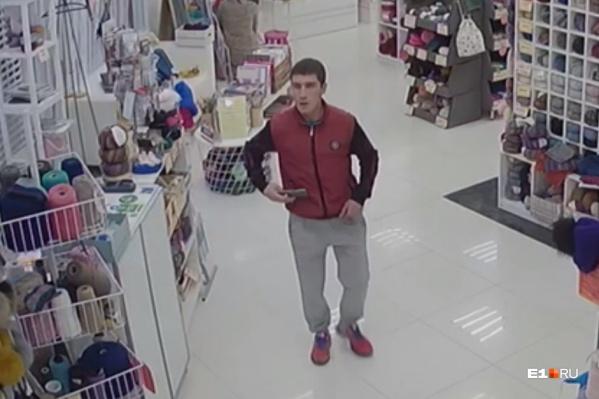 В магазине, где произошла кража, просят помочь найти похитителя