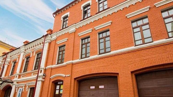 «Мы оказались в тупике»: здание в центре Волгограда второй месяц тонет в мусоре
