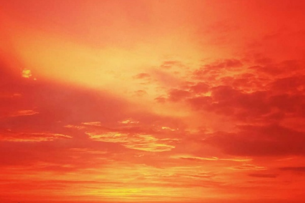 Яркое утреннее небо поразило челябинцев и заставило хвататься за фотоаппараты и включать камеру на телефоне