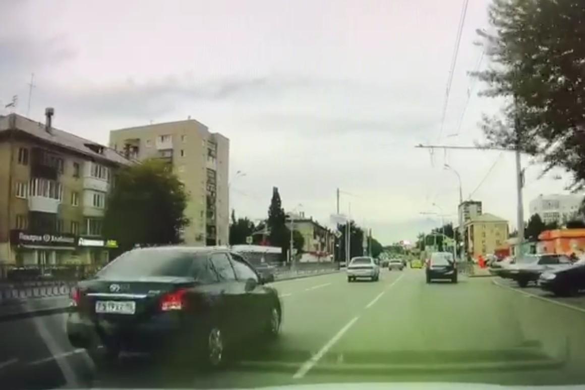 Включение жёлтого: машины левее спокойно тормозят, Largus впереди снижает скорость и включает правый поворотник. Необходимость остановиться очевидна