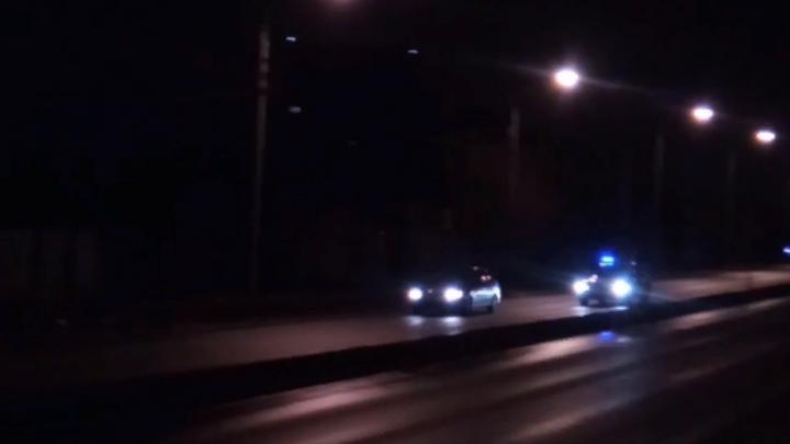 В Сети появилось видео ночной погони полицейских за легковой машиной на Западном