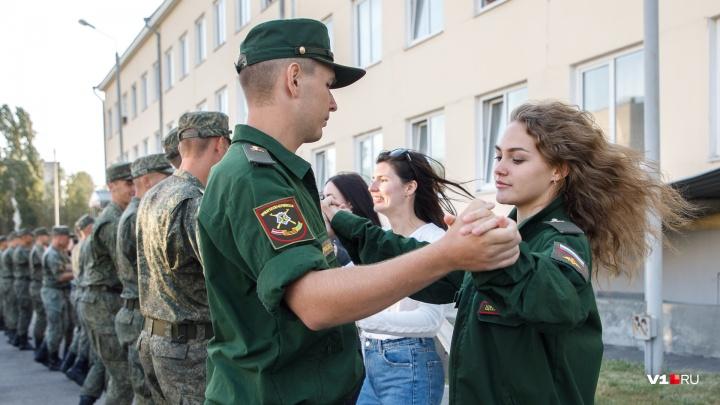 «Солдаты светились от счастья»: перед балом в центре Волгограда военных познакомили с 50 девушками
