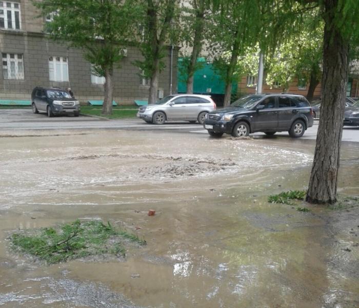 Провал в асфальте на перекрестке ул. Мичурина и Фрунзе