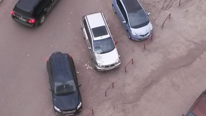 Неадекватный мужчина на Вильского бил машины и бросался на соседей с ножом