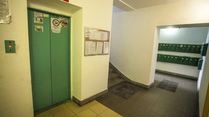 Мужчина с ножом набросился на знакомую в лифте дома в Ленинском районе