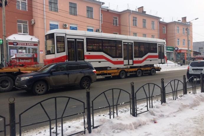 Трамвай повезли на разгрузку в депо