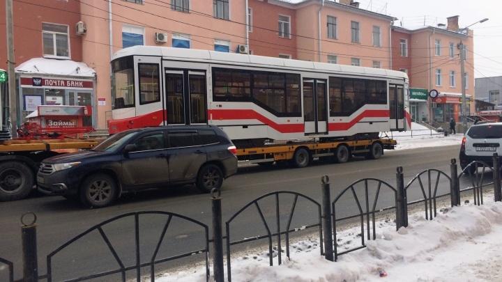 В Омск привезли новый трамвай из Екатеринбурга. Его будут тестировать два месяца