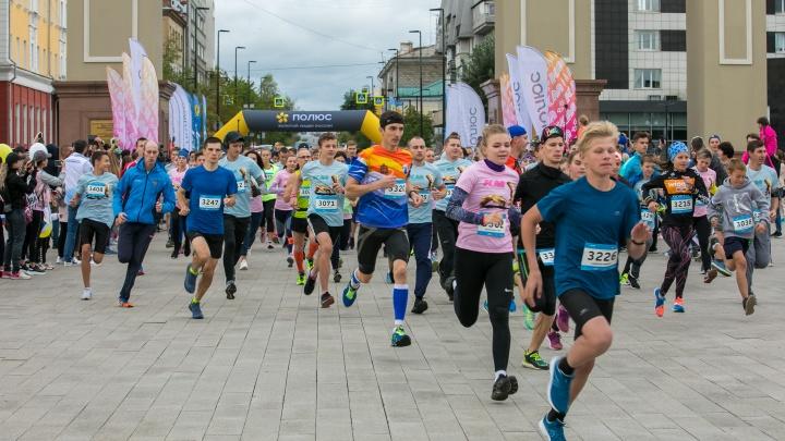 Красноярцы пробежали марафон «Жара». 15 самых эпичных фото забега