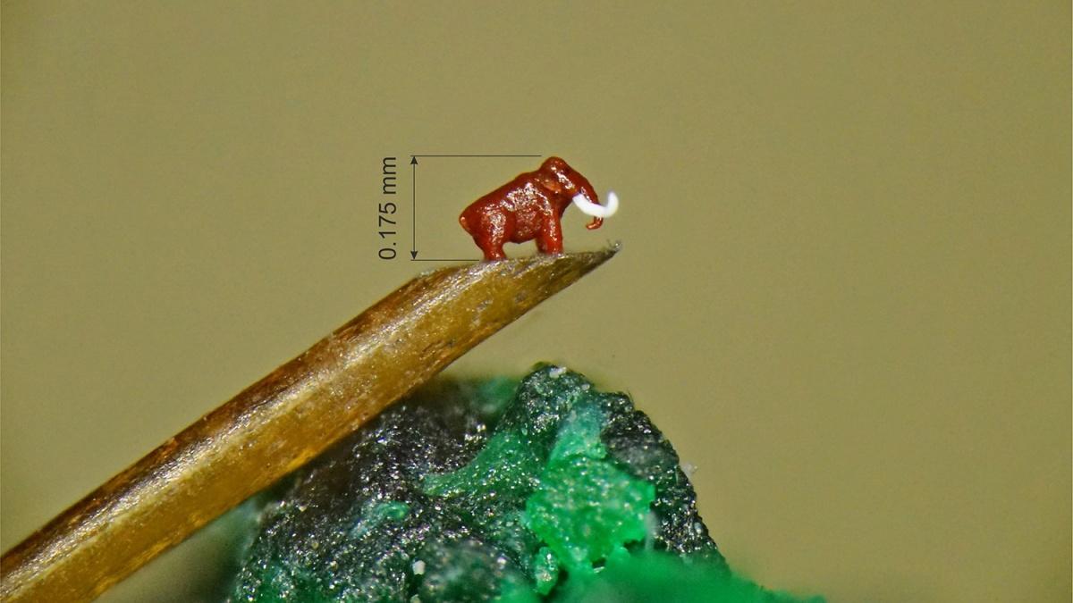 Мастер микроминиатюр Владимир Анискин сделал фигурку мамонта высотой почти в шесть раз меньше миллиметра
