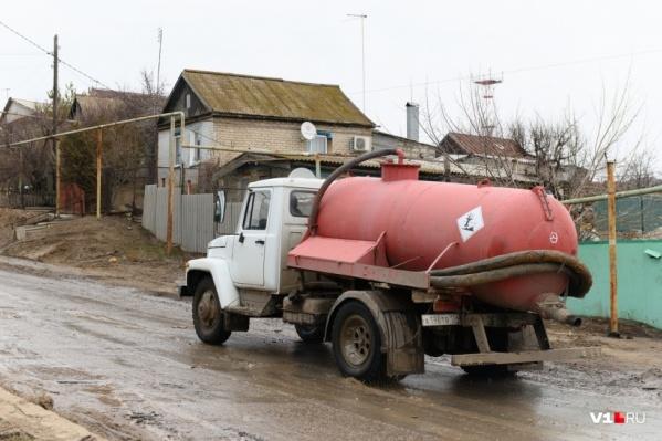Многотонные машины по-прежнему рассекают по улице с жилыми домами