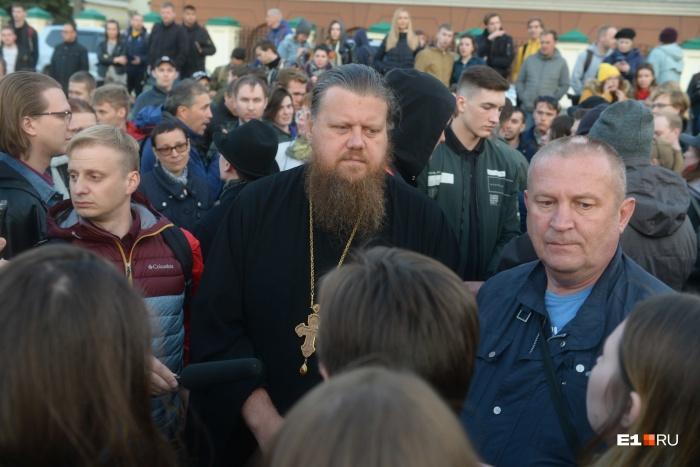 Отец Максим Миняйло второй день приходит в сквер, чтобы пообщаться с протестующими