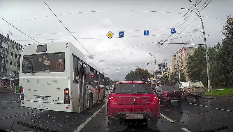 Водителя автобуса вКемерове оштрафовали заезду потрамвайным путям