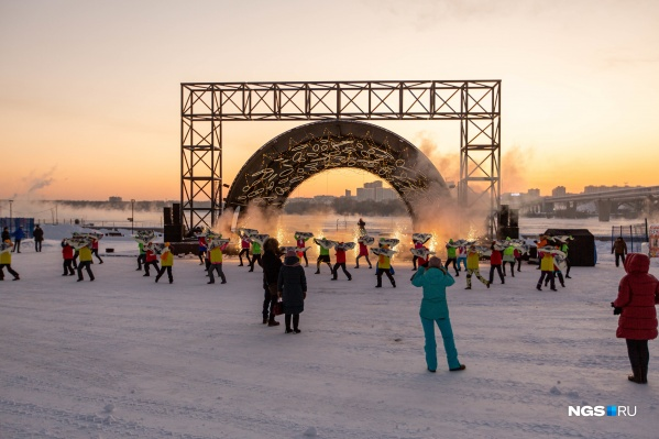 По задумке городских властей, ледовый городок на набережной должен стать местом притяжения людей — в Новый год здесь запланирован салют, будут работать аттракционы и музыкальное сопровождение