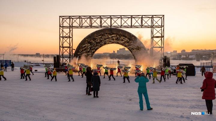 Лёд, скульптуры и никого из зрителей. 7 фото из городка на набережной, который открыли со второго раза