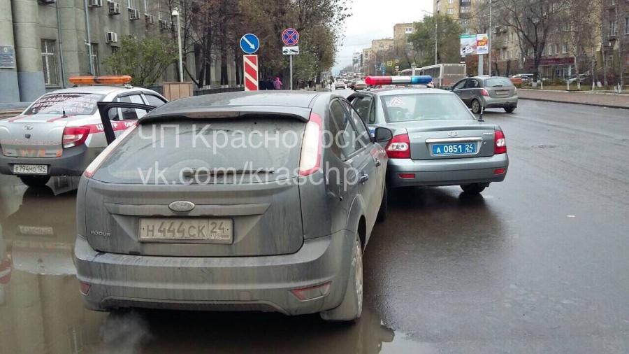 ВКрасноярске шофёр въехал впатрульную машину, пытаясь сбежать отДПС