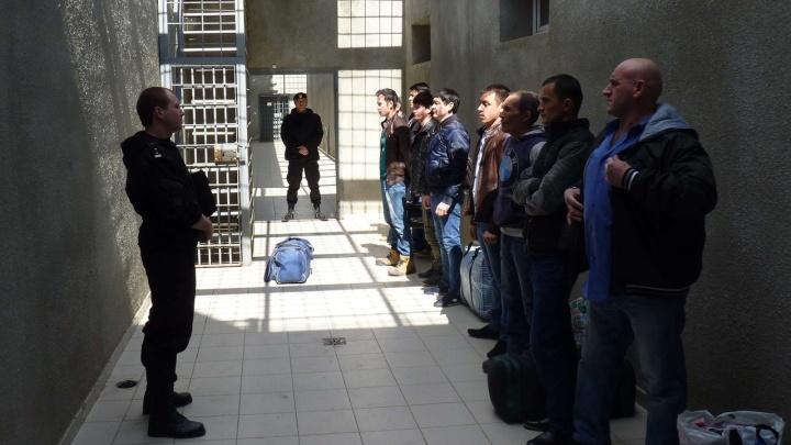 В Волгограде двое нелегальных мигрантов напали на сотрудника спецприемника