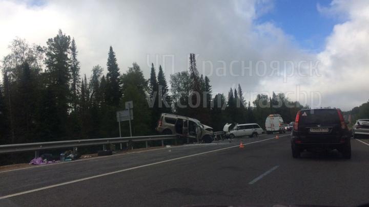 «Ларгус» повис на заборе в массовой аварии на трассе