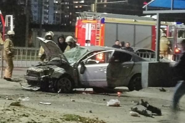 На месте аварии работают спасатели и полицейские