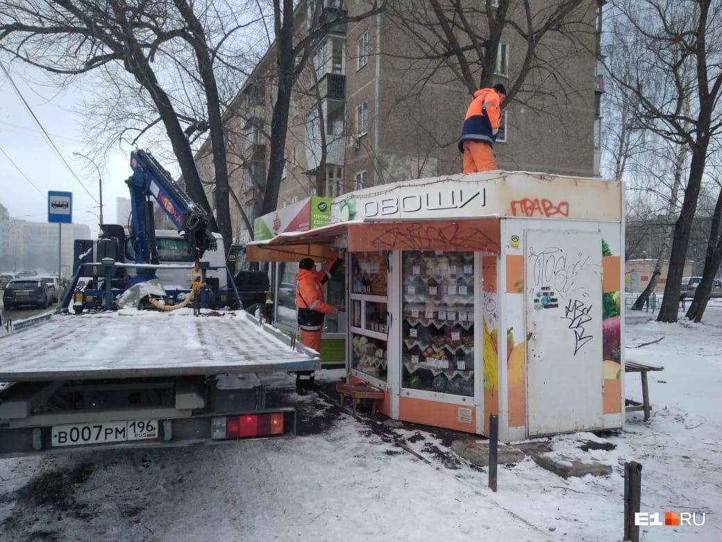 В первом киоске рабочим пришлось около часа ждать, пока арендаторы киоска заберут товар