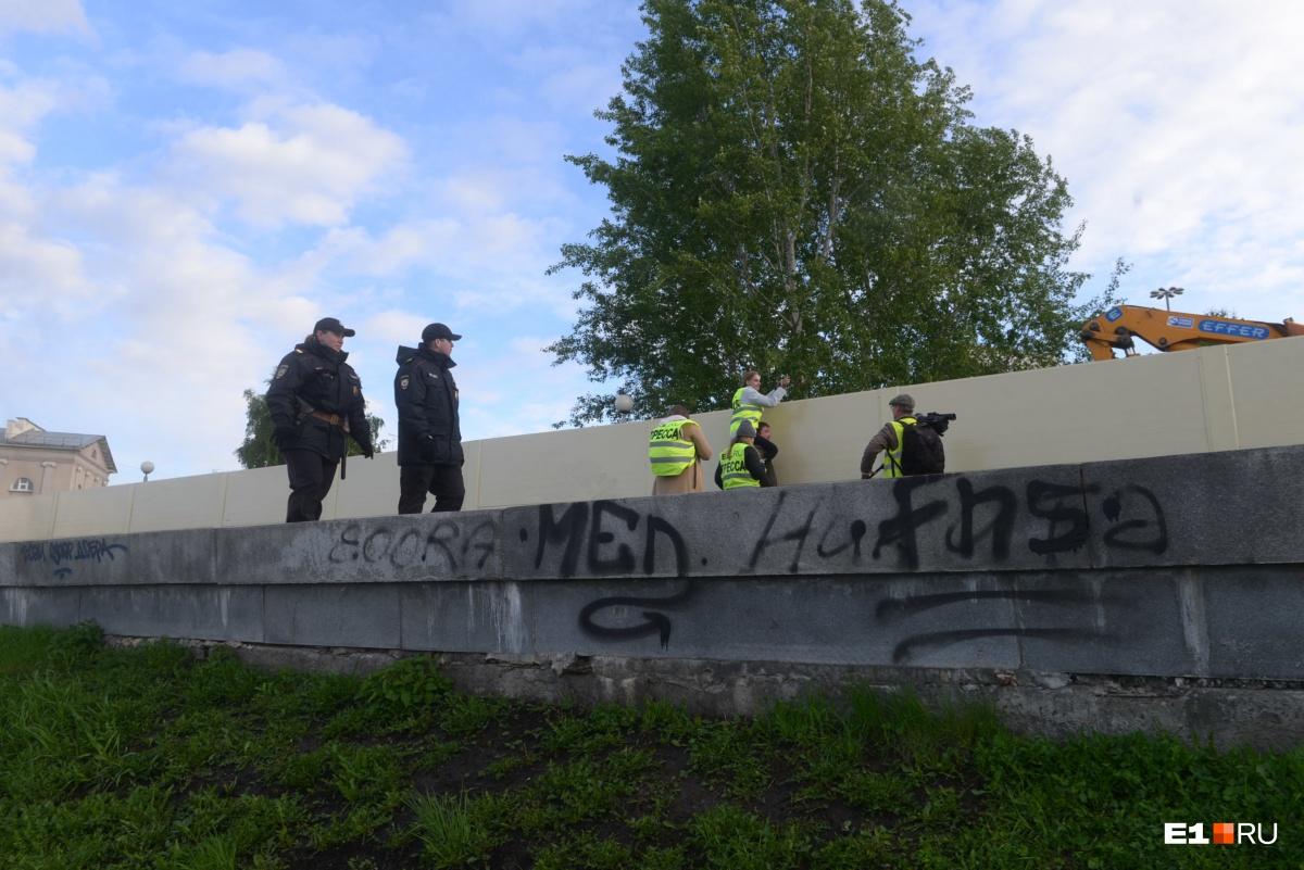 Стройплощадку в сквере у Драмы разобрали, а забор ещё стоит: онлайн-трансляция