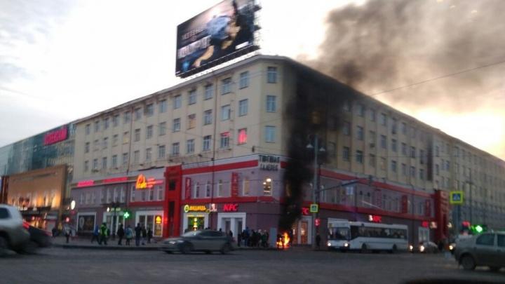 На площади 1905 года рядом с рестораном быстрого питания произошёл пожар