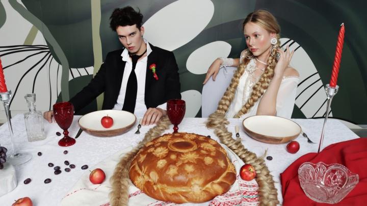 Новосибирцы подхватили тренд пить на свадьбе лимонад через спагетти