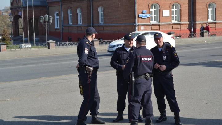 В центре Омска мужчина расстегнул рубашку и несколько раз выстрелил в воздух