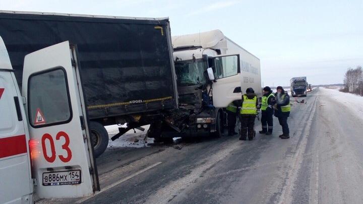 Три фуры и внедорожник попали в аварию: у «Скании» помята кабина, другой грузовик в кювете