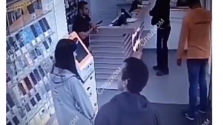 Появилось видео нападения на салон сотовой связи: налётчик был весь в чёрном