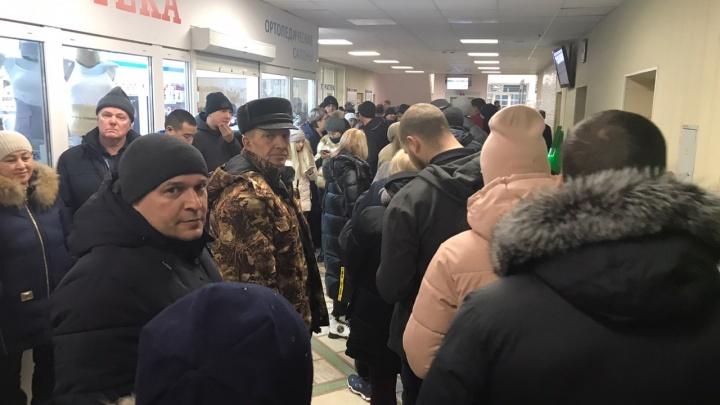 «Людей ещё больше, чем вчера»: второй день массовых очередей за водительскими справками в больницах