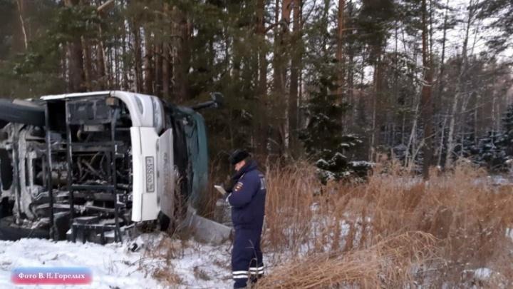 Под Екатеринбургом перевернулся автобус с фанатами Макса Коржа, возвращавшийся из Перми