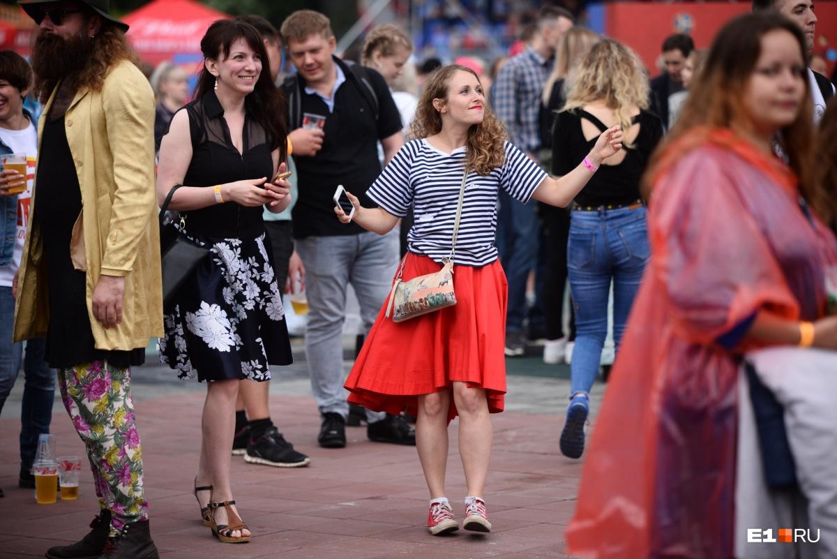 Люди гуляли по площадке и танцевали