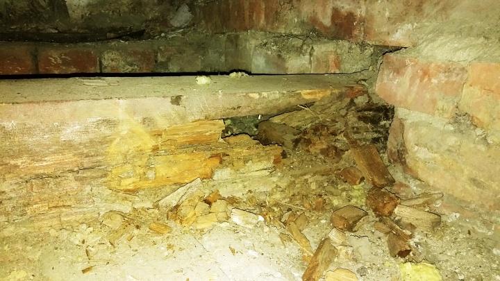 «На нас рухнет крыша»: жители дома на Фрунзе потребовали переделать капремонт из-за сгнивших балок