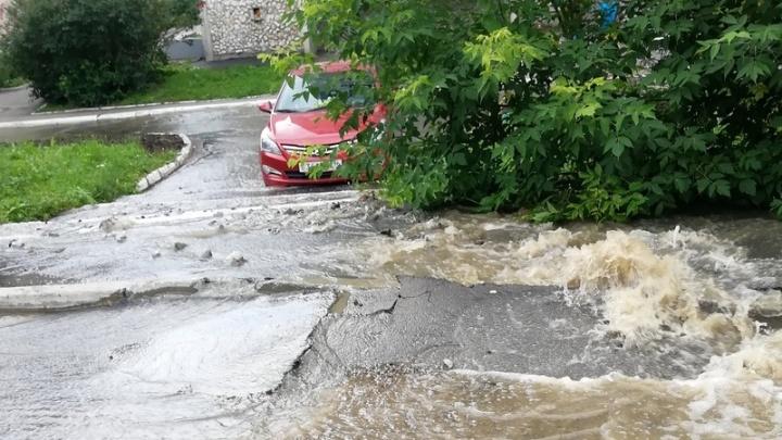 Треснул асфальт — и хлынула вода: в Екатеринбурге из-за лопнувшей трубы затопило улицу