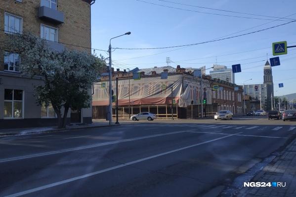 Здание затянуто плакатами, за которыми идет ремонт