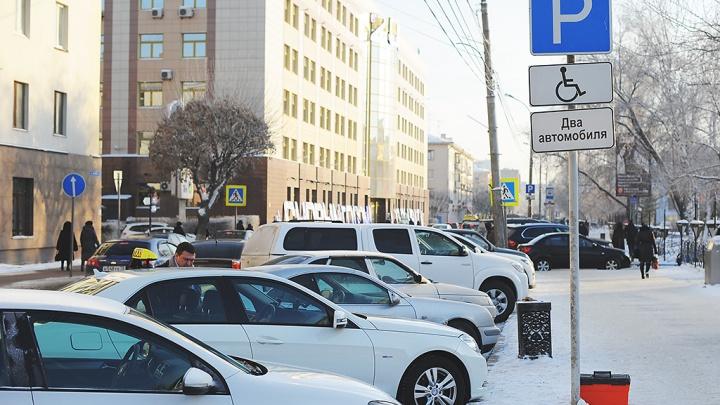 Тюменцам разрешили не сразу оплачивать парковки вдоль дорог. Рассказываем условия
