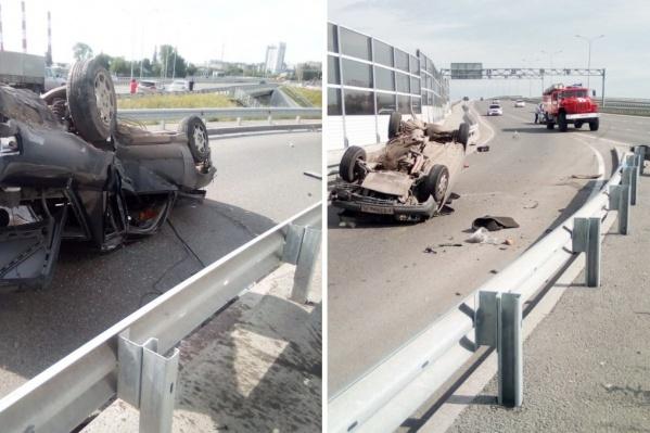 Судя по фото, машина серьёзно повреждена. Девушка за рулём получила травмы
