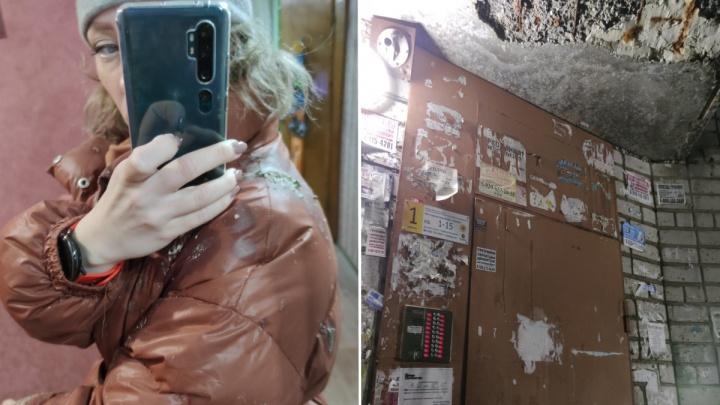 «Вся грязная, голова болит»: в Ярославле на девушку рухнул козырек подъезда