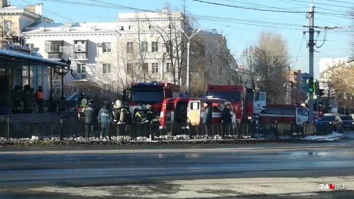 К кинотеатру Пушкина в центре Челябинска примчались несколько пожарных машин