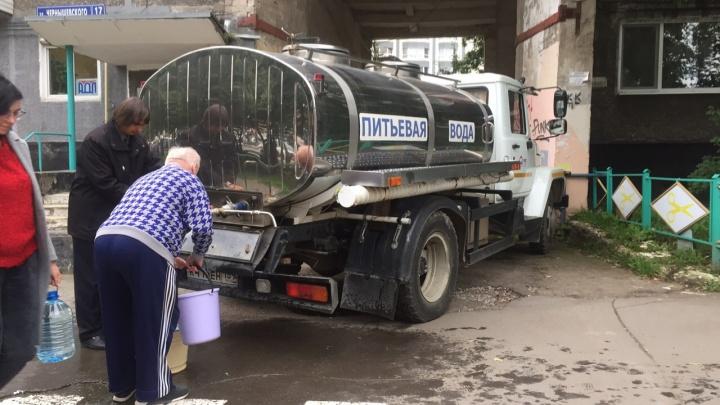 В Перми из-за прорыва трубы около площади Карла Маркса десятки домов остались без воды