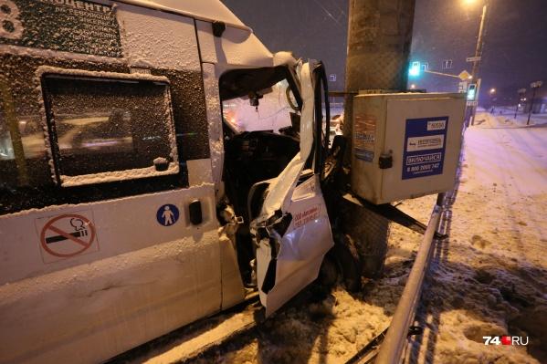 В аварию попал маршрут № 128, он курсирует между Челябинском и Копейском
