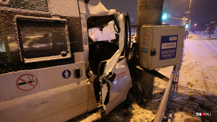 «Куча скорых, большая пробка»: в Челябинске маршрутка врезалась в столб