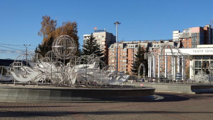 «Зима близко»: фонтан у театра оперы украсили новогодней иллюминацией